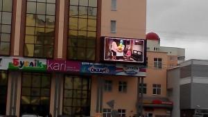 Большие светодиодные экраны находится в эпицентре городской жизни