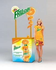 Промо-стойка с контурным фризом. Рекламная одежда на промоутере.